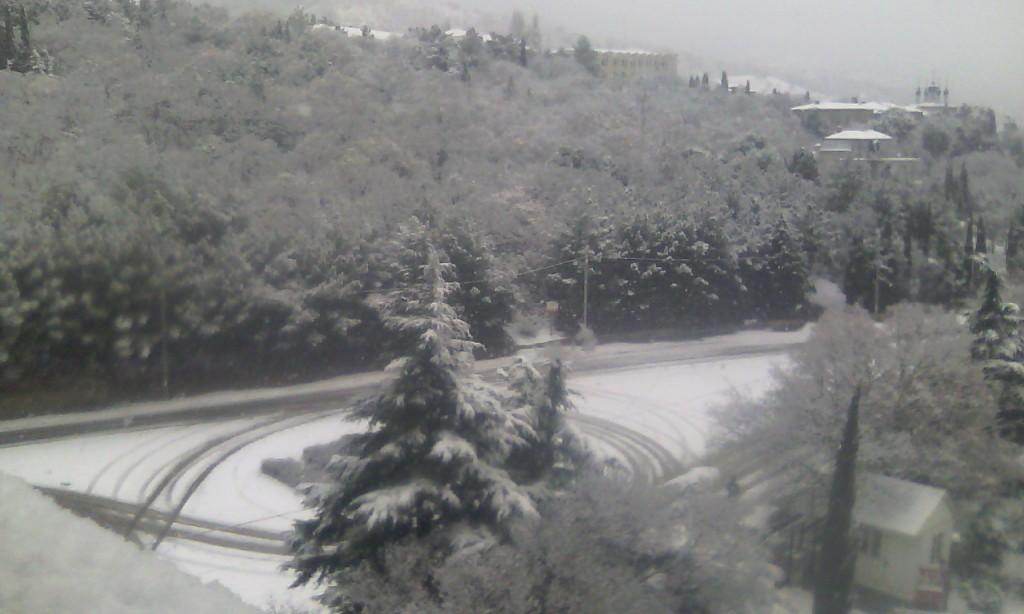 Алупка в снегу: кольцо возле санатория Южнобережный