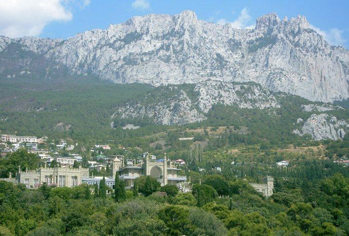 Воронцовский дворец и горы с моря