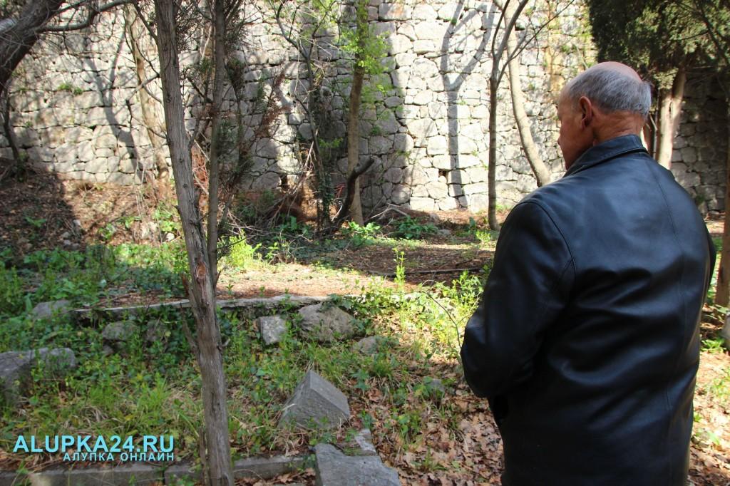 Алексей Воронов у места, где похоронили его погибших друзей