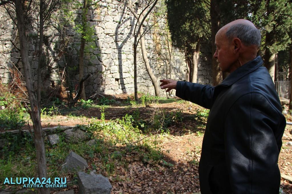 Алексей Воронов показывает на место захоронения