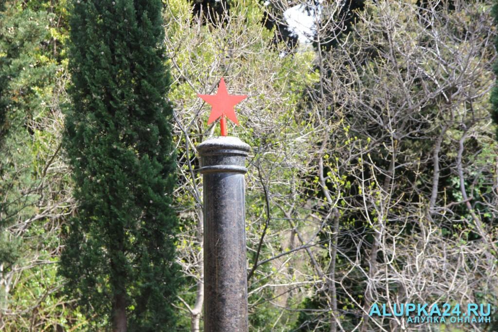На верхушке памятника вновь размещена красная звезда (некоторое время она была сорвана)