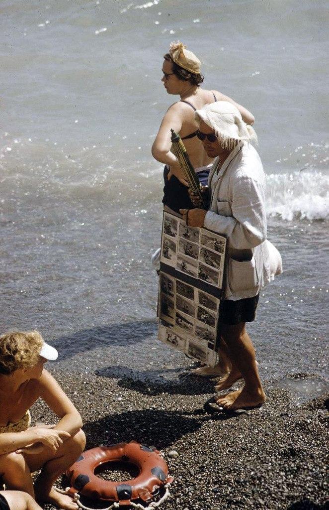 Жара не мешает пляжному фотографу предлагать свои услуги