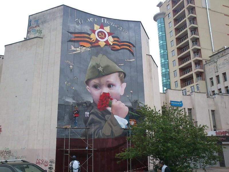 Ялтинцы украсили город ко Дню Победы патриотическим граффити