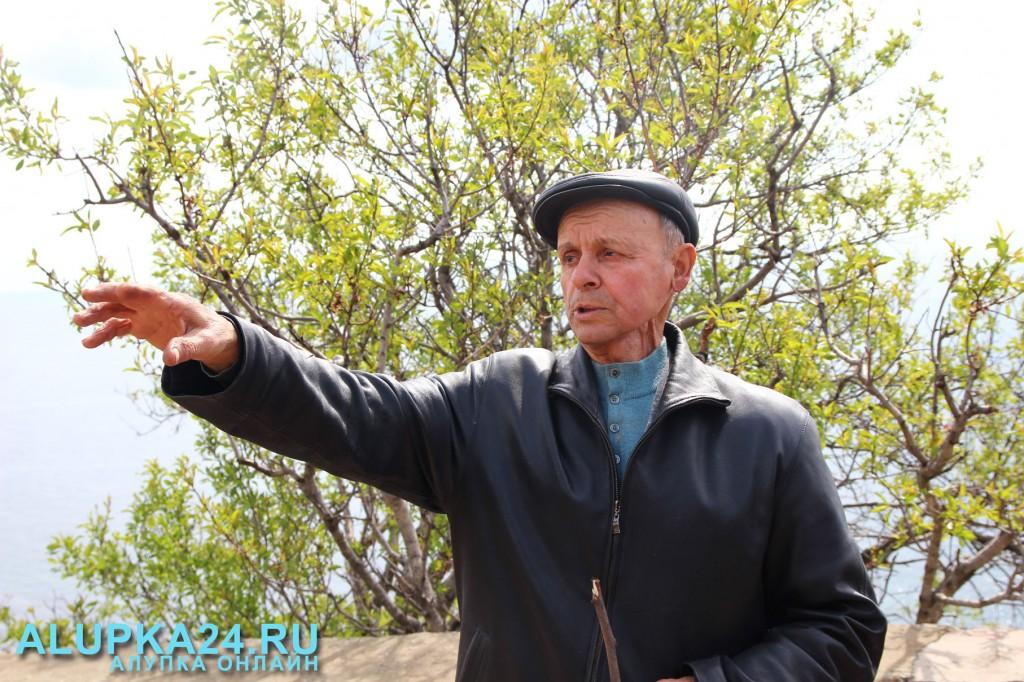 Алексей Воронов показывает, где располагалась школа
