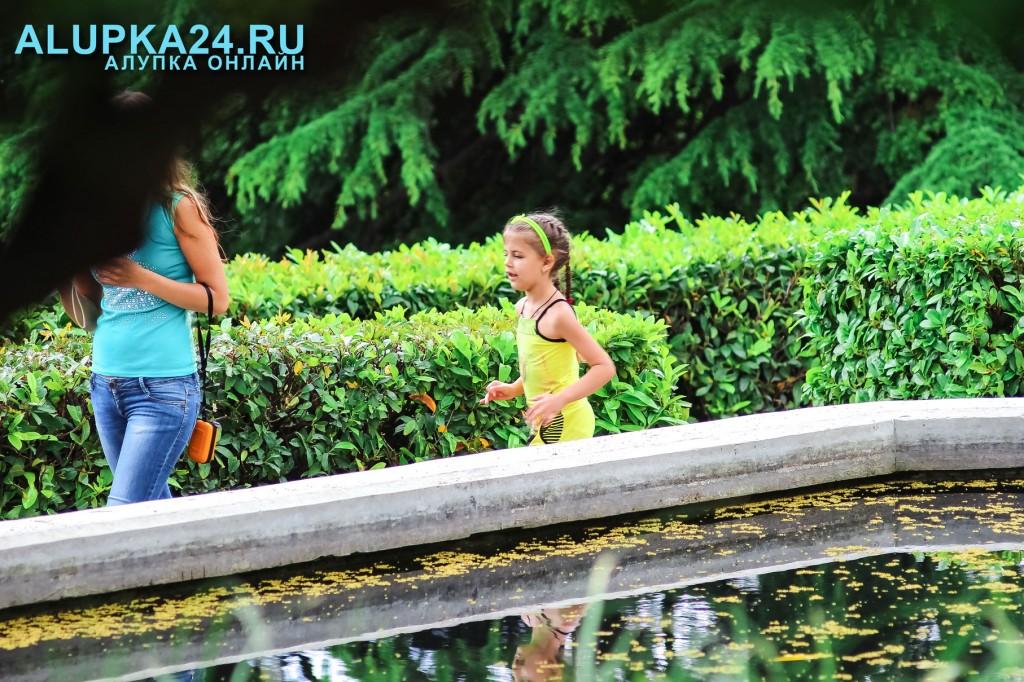 Девочка у пруда