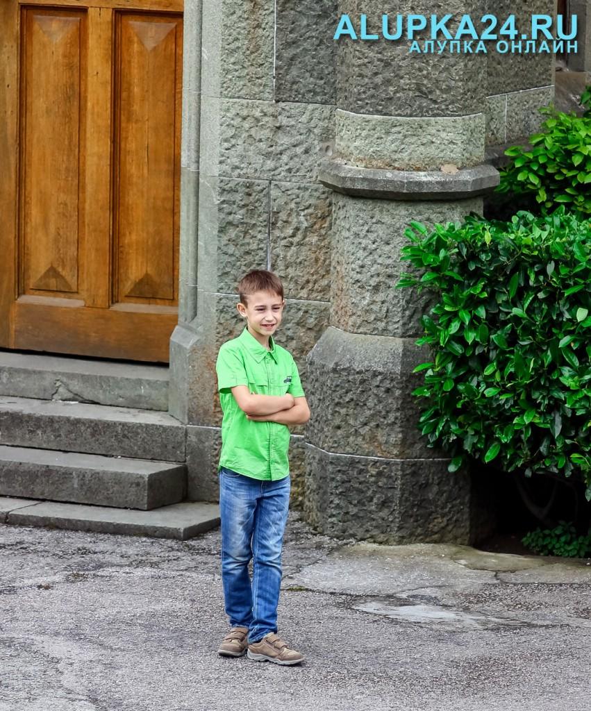 Мальчик у Воронцовского дворца