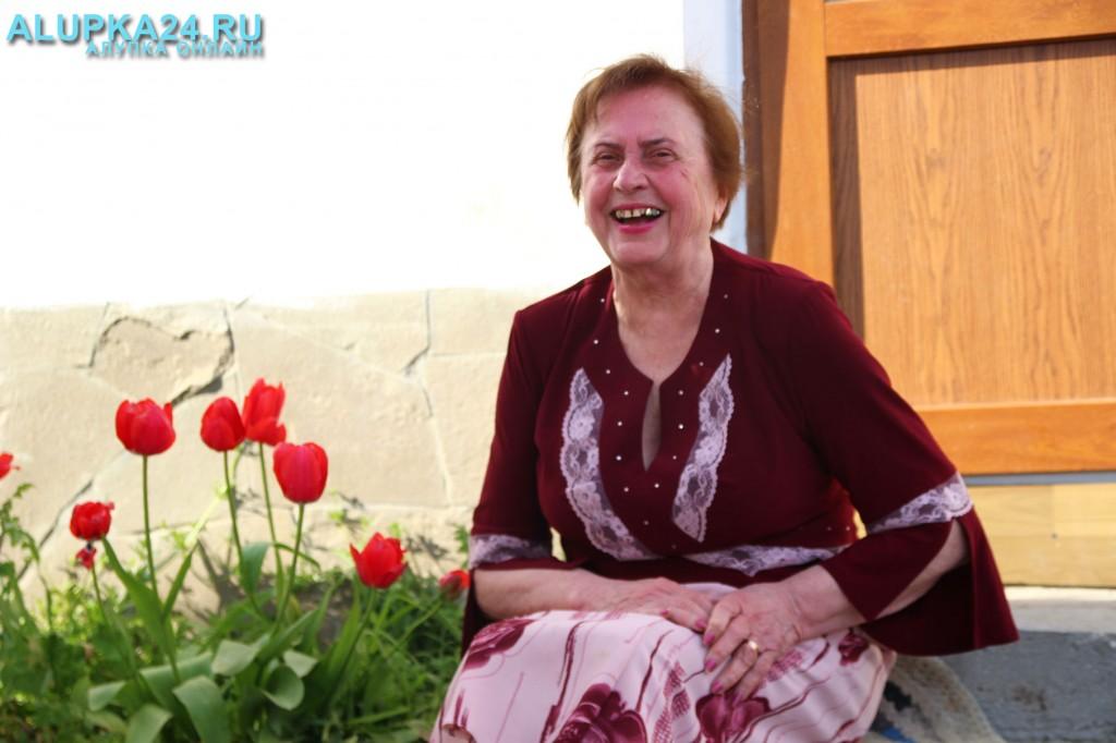 Людмила Солуянова у своего дома