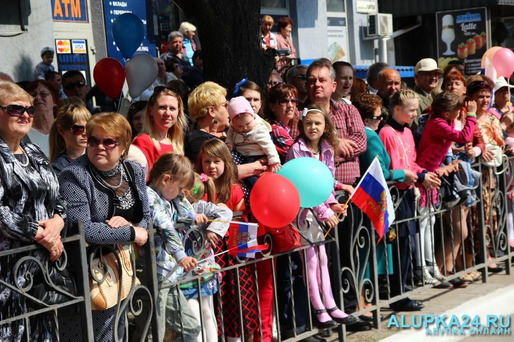 Зрители на первомайском параде