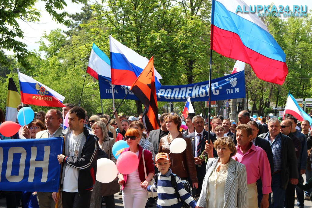 Участники первомайского парада в Симферополе