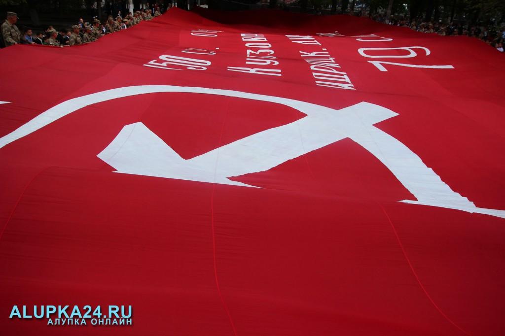 В Крым привезли самое большое знамя Победы в России