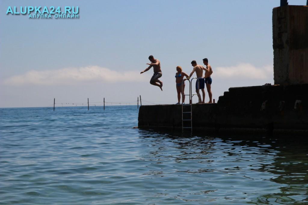 Прыжок в море с пирса