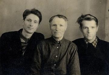 Ваднев Сергей Потапович (в середине)