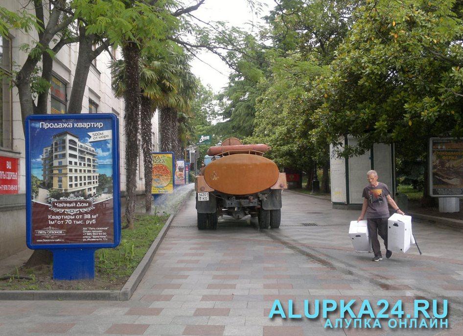 Курортный сезон в Ялте: рабочие моменты (фото) - техника для уборки улиц