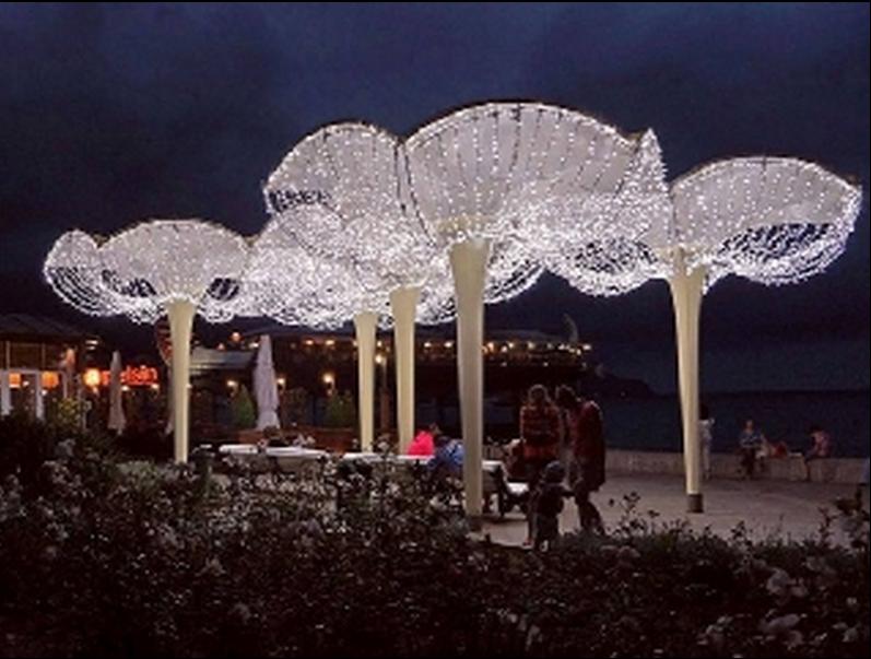 «Грибки-зонтики» на набережной Ялты украсили иллюминацией