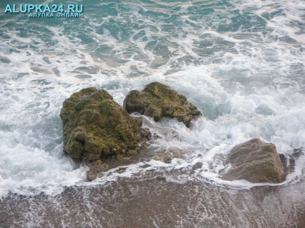 Камни в море у берега