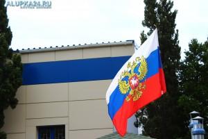 В День России Алупку украсили государственными флагами