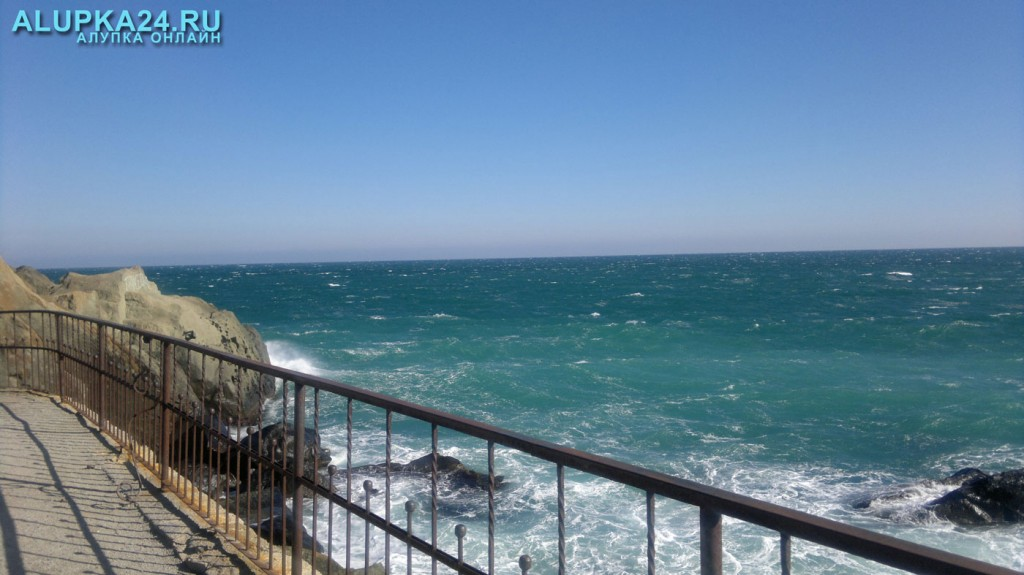 Погода в Алупке 9 июля и 24 марта - море, пробы морской воды