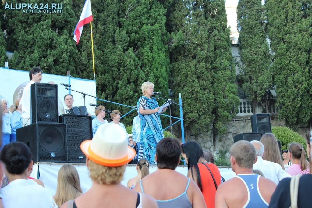 Ведущая концерта Зоя Легостаева