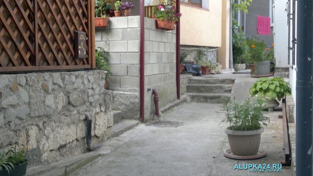 Единственный проход к жилым домам вдоль стены музея