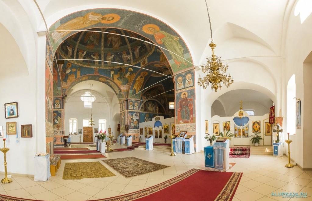 Внутренний зал храма Архангела Михаила