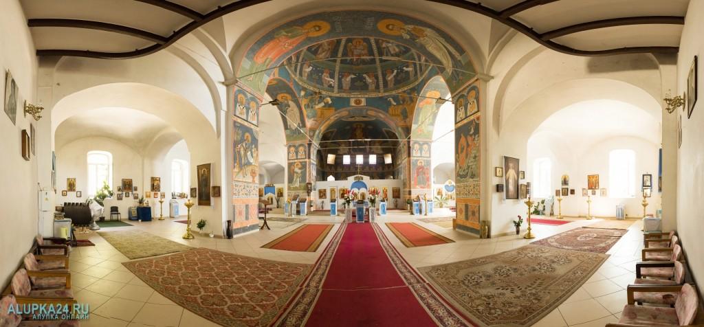 Внутренний зал храма