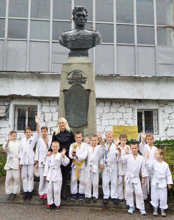 Дзюдоисты у бюста Амет-Хана Султана