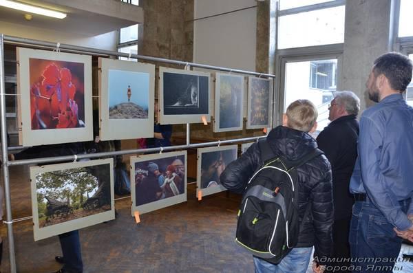 Посетители фотовыставки в Ялте
