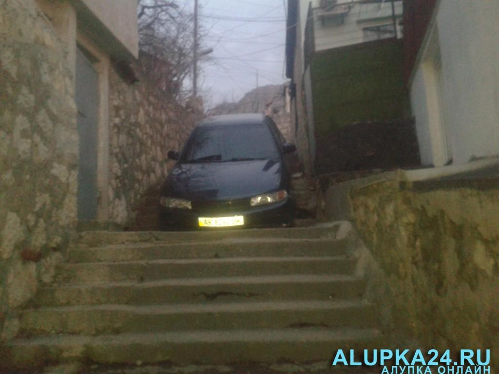 В Алупке пьяные супруги на машине скрылись от ДПС на лестнице (фото) 3