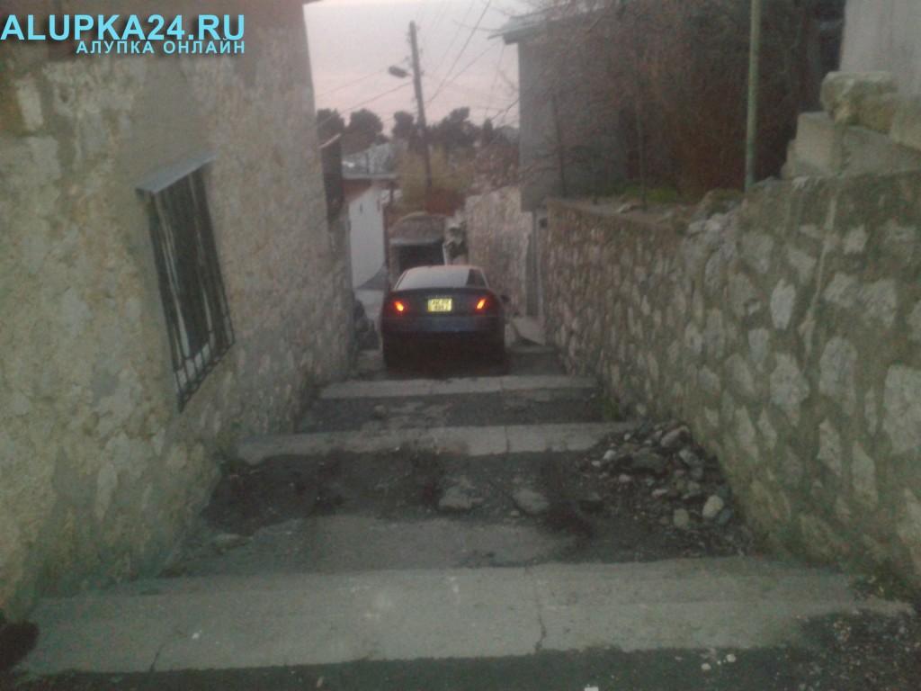 В Алупке пьяные супруги на машине скрылись от ДПС на лестнице (фото)