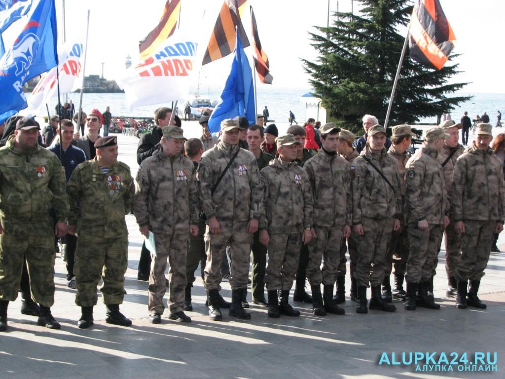Ополченцы на Дне защитника Отечества в Ялте 2