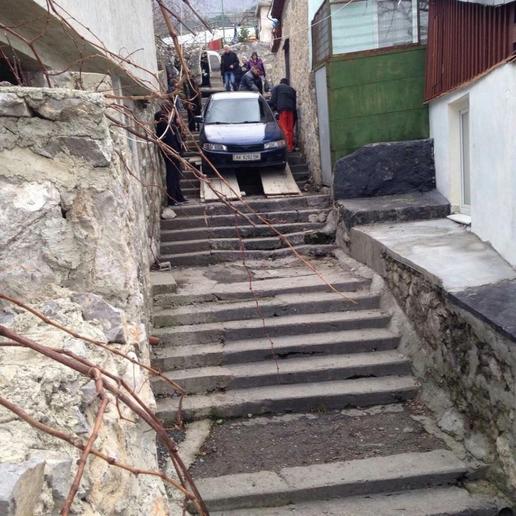 В Алупке пьяные супруги на машине скрылись от ДПС на лестнице (фото) 4