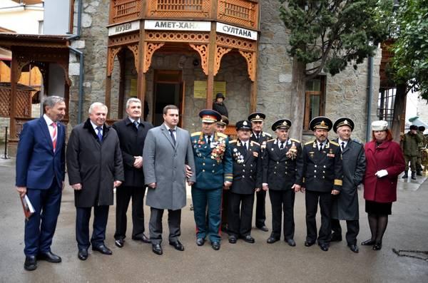 Андрей Ростенко с ветеранами у музея Амет-Хана Султана