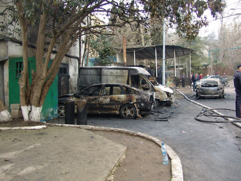 Сгоревшие машины в Партените