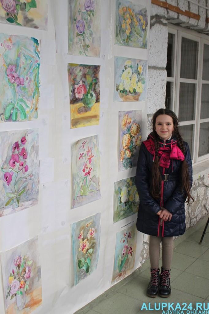 Анастасия Рогозина возле стенда со своими работами