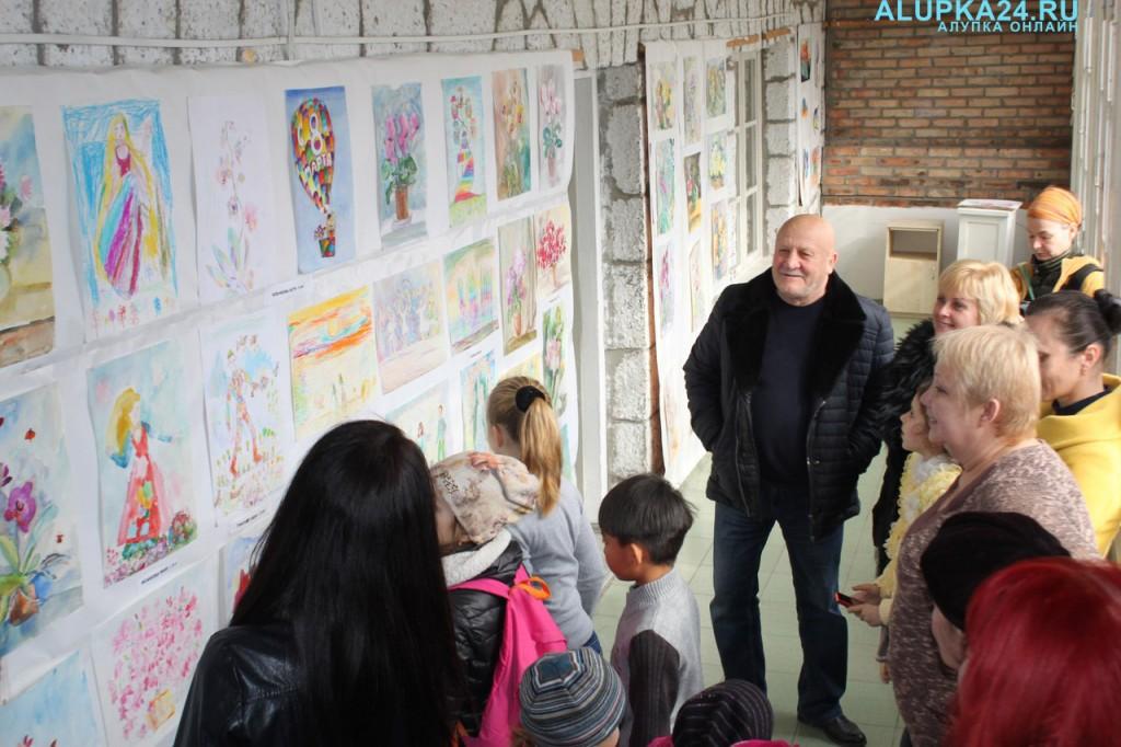 В Алупке открылась выставка детской изостудии (фото)