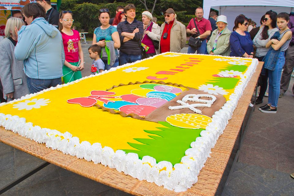 Ялтинцев угостили большим пасхальным тортом