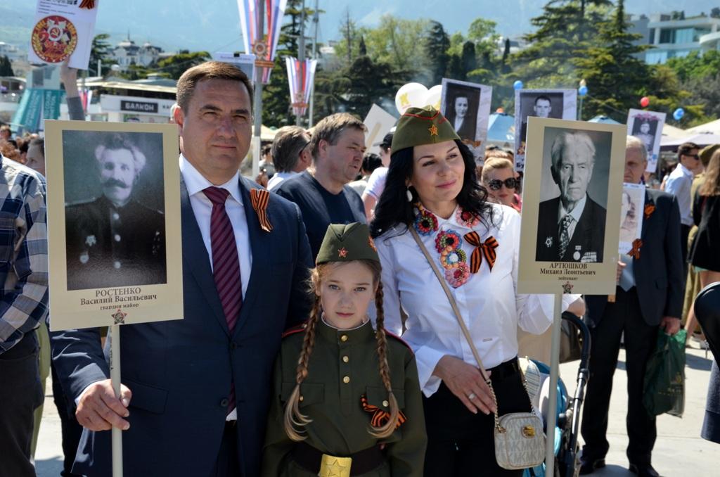 Андрей Ростенко с семьёй в колонне Бессмертного полка