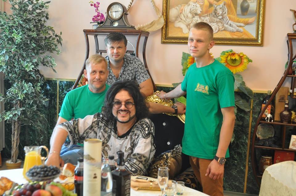 Филипп Киркоров с Олегом Зубковым и его семьёй
