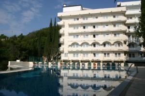 Крымские турфирмы понесли убытки из-за неоткрывшегося отеля «Кичкинэ»