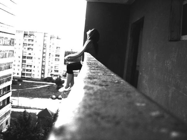 В Ялте с балкона пятого этажа вывалилась молодая девушка