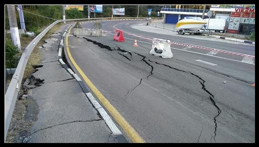 В Ялте из-за оползня закрыли въезд для грузового транспорта из Симферополя