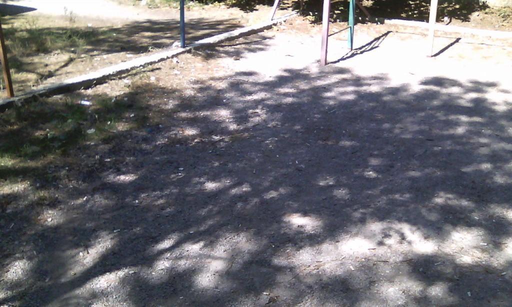 Окурки на детской площадке 2