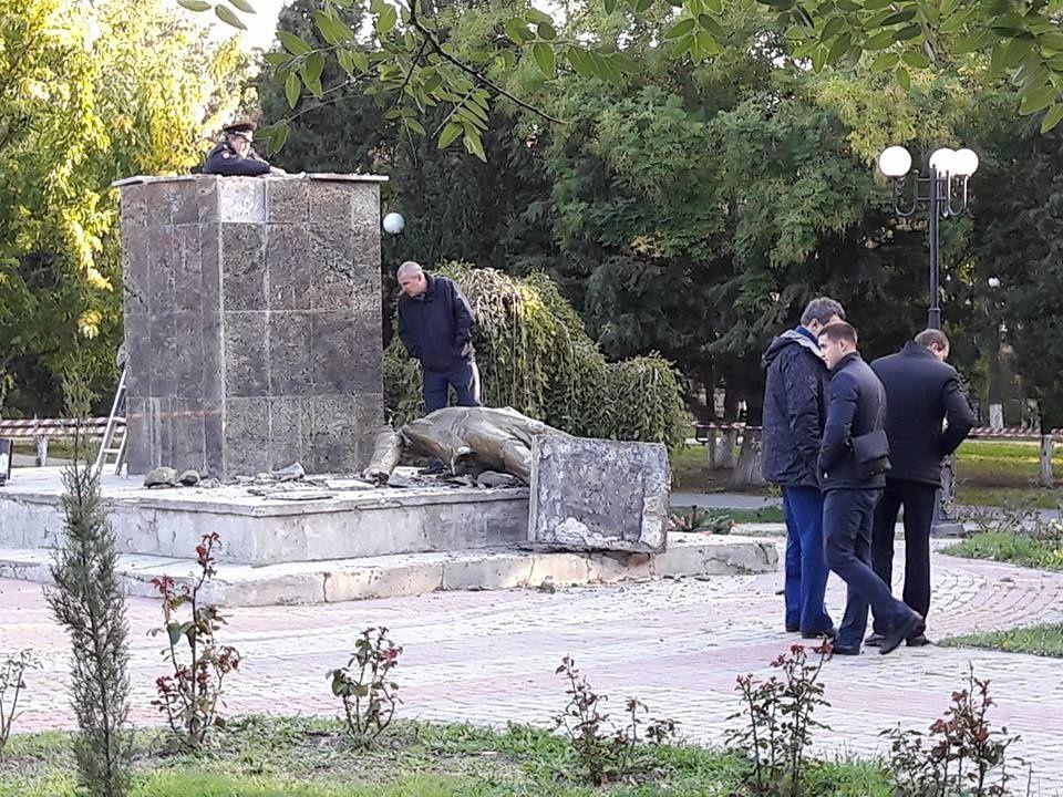 В Судаке вандалы разрушили памятник Ленину 2