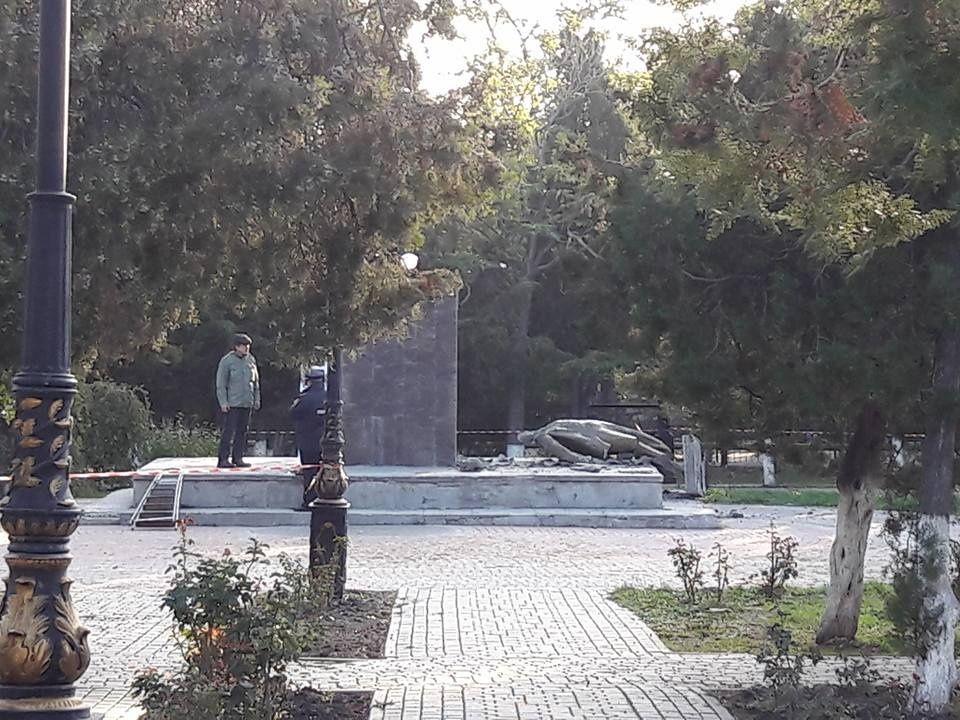 В Судаке вандалы разрушили памятник Ленину 3