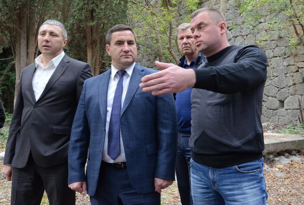 Андрей Ростенко проинспектировал ход восстановления памятника Боброву в Алупке 2