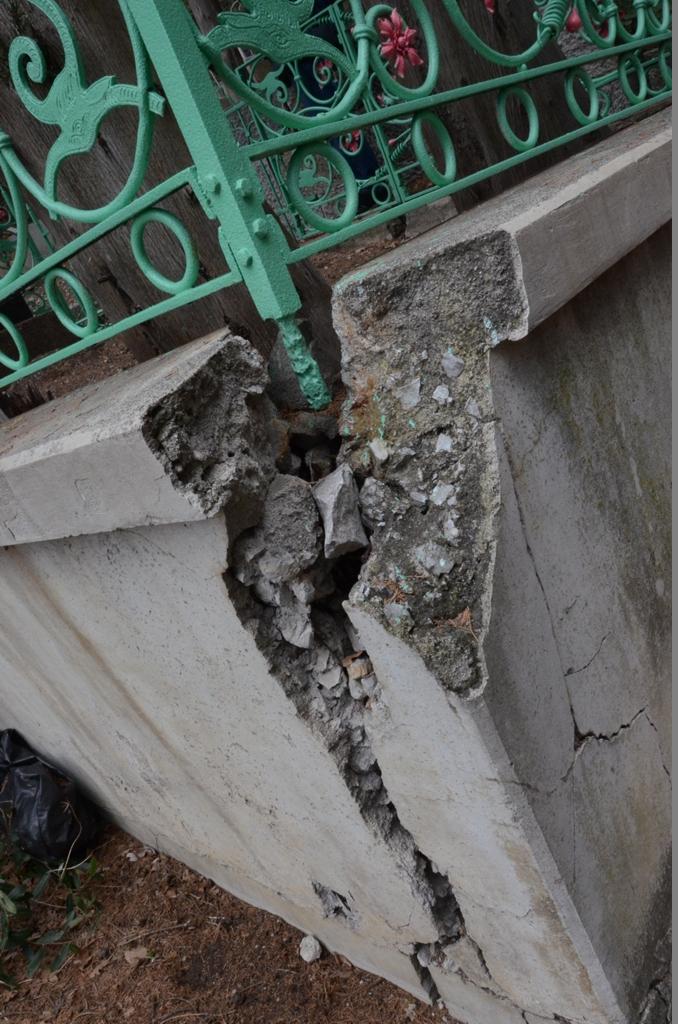 Андрей Ростенко проинспектировал ход восстановления памятника Боброву в Алупке 4