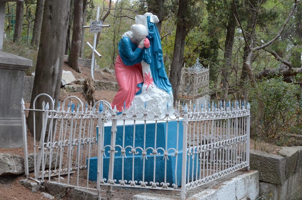 Андрей Ростенко проинспектировал ход восстановления памятника Боброву в Алупке 5