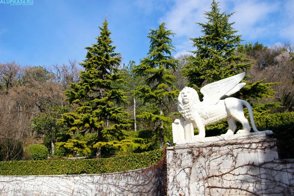 Мифические персонажи на территории Юсуповского дворца