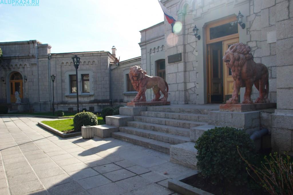 Львы у входа в Юсуповский дворец 2