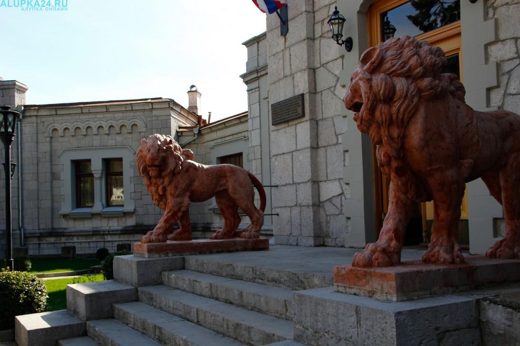 Львы у входа в Юсуповский дворец
